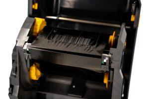 Czarna termotransferowa taśma barwiaca zastosowana wdrukarce termotransferowej Zebra TSC. Fot.Garden Label